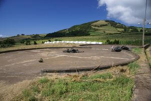 800px-Eira_junto_a_um_Moinho_de_Vento,_Santa_Rosa,_Calheta,_ilha_de_São_Jorge,_Açores
